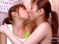 2 Asiatiska tjejer kyssas passionerat sugande tungor och bröstvårtor på golvet i locker Roo