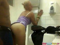 Blonde Slut Fucks musta Jätkä julkisessa WC