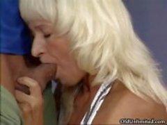 Vervelende blonde huisvrouw krijgt geil part1