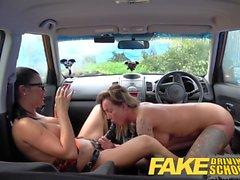 Fake Driving School Le nouveau conducteur reçoit un cours en lesbienne