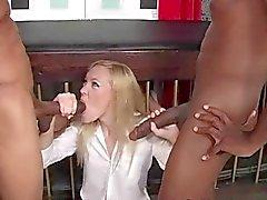 Slet Schoolmeisje in Threesome Interraciaal