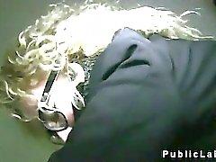 Блондинка с очками трахали а cummed в публичных