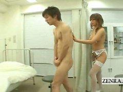 Çıplaklar busty Japan milf hemşireniz hükümsüz erkek öğrenci ele alır