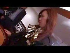 Azafatas de japoneses Dirty entrar en una orgia desagradable una mesa de ruleta