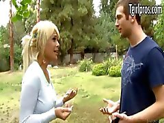 Atractivo tgirl rubia Kimbella invita a un hombre