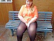 Paksuja kaunis Russian Nainen Pisses penkillä julkinen paikka