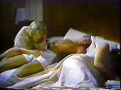 Девушка подкрадывается в постели и трахает Пап В то время мама Спальные места