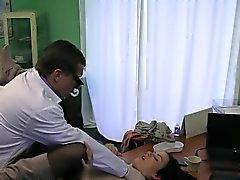 Halvliter medelstora brunett knullar hårt av hennes läkare