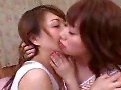 Lesbische Japanse tieners zoenen en aanraken