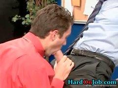 Typ ruft sein steifes Schwanz gelutscht an der Arbeit Teil3