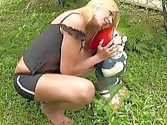 Frecher blonde Shemale entlarvt kleinen Titten sowie Penis Außen