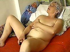 Idoso Horny do carnudo Granny a masturbarem com vibrador