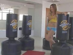 Emily achtzehn necken im Fitnessstudio
