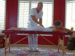 Reizvolle Baby herzigen in der weißen Jenni Schutze genießen Massage