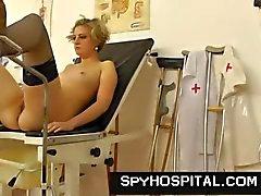Médico del foro ginecomastia envejecido con el una cámara oculta