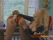 Deux salopes ravageuses ont un peu de plaisir lesbien dans la cuisine