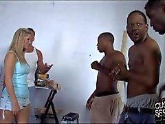 Fokkerij door verschillende zwarten in de voorkant van cuckold echtgenoot