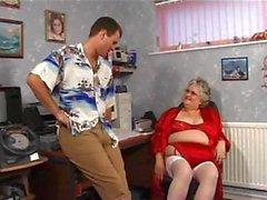 Fett Oma im roten mit großen Titten wird gebohrt und die ein Gesichts