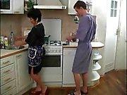 La mamma matura e il suo ragazzo nella cucina ! Amatoriale russo!