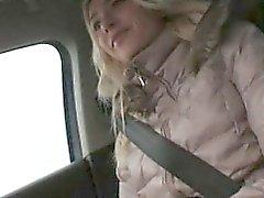 Amateur vaalea teini State of Victoria Koiranpennut perseestä takaistuimelle