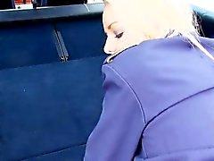 auxiliar de vuelo huida rubia jodida en un automóvil