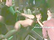 Blonde Blindfolded obtient de déguster bites noir et blanc en étant baiser d'autres