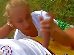 Gesichts-pissing auf blonde nach abspritzen
