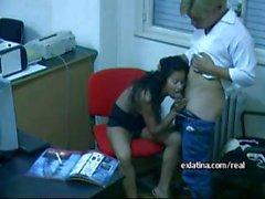 Azgın ofis latina çağrı ve vida onu üzerinde hizmet adama oral seks verir