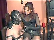 La señora atormenta sus pezones , pene y testículos ! ! !