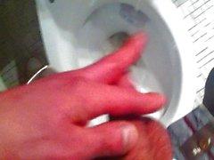 Pissen in einer Toilette und Stoßen -off , Geil Pissen