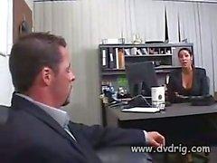Experienced Boss O'nun Dick nasıl And A Masası Arasında Kendi MILF Sekreteri YAKALADI Ve Onun Kötü Onun Huge Tits Arasında Onun Cum Damping Up Bitiş Fucks