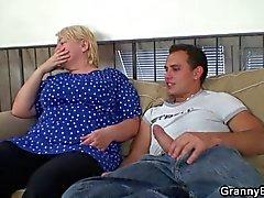 Похотливые молодой парень челка старой блондинка женщины