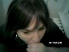 menina turca que joga com um grande galo negro