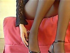 блондинка в чисто черных колготками