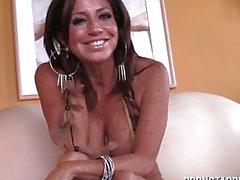 Hot Latina PornStar macht Booty Anruf zu jungen Stud