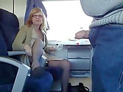 mature couple s'amusent sur train