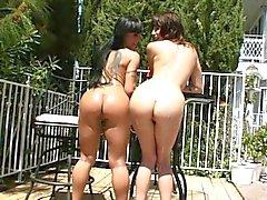 Сквиртинг любящая брюнетка Sluts весело провести время в солнцем