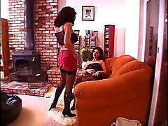 Brunette lesbo siinä sohvalla ja tyttöystävä nuolee pillua