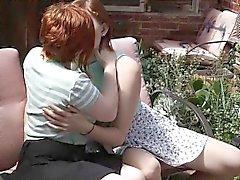 lesbianas melenudo lindos lamen unos a otros en aire libre