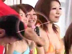 Os cuties asiáticos jogam com se ao bater em um threes