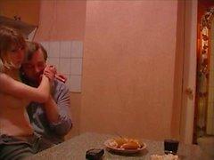 Uomo anziano scopare un giovane slut nella cucina