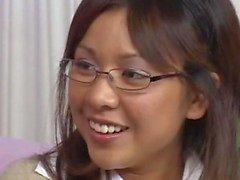 Asiático en anteojos jodido