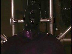 Les lesbiennes effectuent inconditionnelle S et E avec des masques et le latex