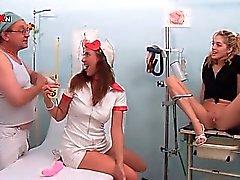 Enfermeira e paciente os doutores de sopro de hot da torneira por mijo de quentes