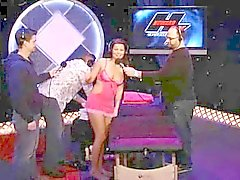 äldre kille rensar flickans röv på tv