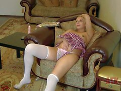 Young pregnant blondes Magda mit braunem Nippel