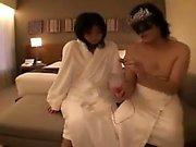 Atractiva delgada mujer japonesa tiene dos montantes de complacer a su apretada ja