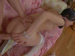 Jovens gostam de montar um enorme galo na cama