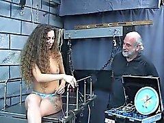 Sexy della bruna giovani ama giocare e - Data in cui la on del DOM -M