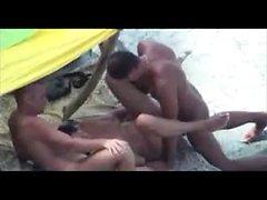 Ehegatte erhält Extra-Man-Hilfe an der Küste, um seinen Ehepartner zu ficken